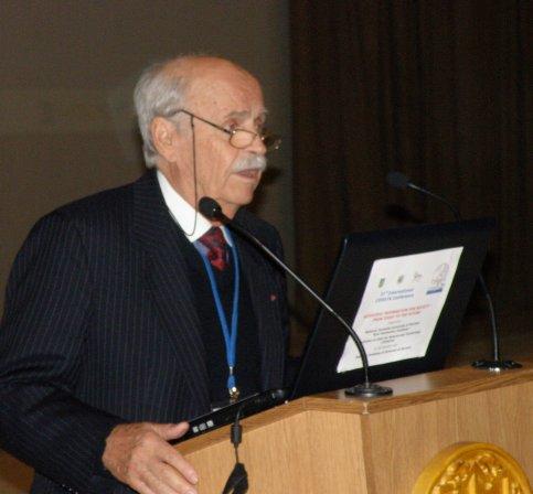 Bohdan Hawrylyshyn presenting a plenary lecture (c) IUCr